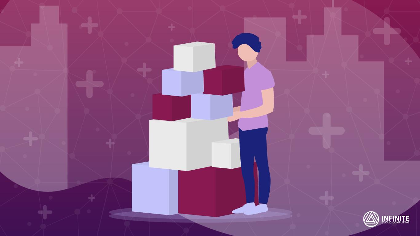 Homem ao lado de uma pilha de caixas para entrega, remetendo ao processo de frete