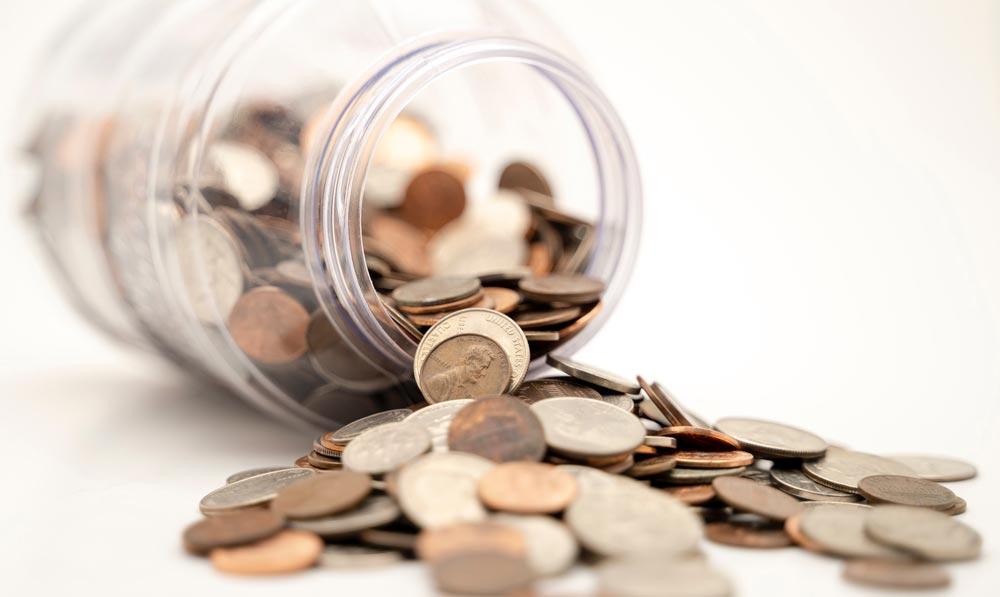 Potinho despejando moedas no chão