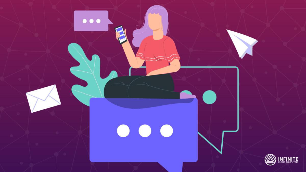Mulher conversa por um chat ao celular, sentada sobre um balão de chat